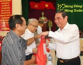 Thường trực Ban Bí thư Lê Hồng Anh tặng quà cán bộ hưu trí tại Cần Thơ
