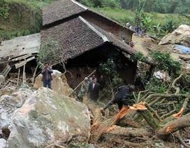 Hàng trăm mét khối đất đá ập xuống nhà, 7 người thoát chết