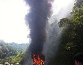 Xe khách bốc cháy ngùn ngụt, hành khách hoảng loạn thoát thân