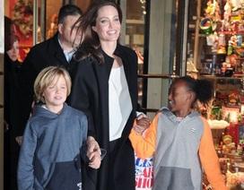 Angelina Jolie đưa hai con đi mua sắm