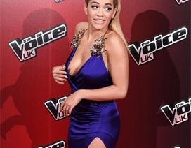 Tân huấn luyện viên The Voice Anh quốc gợi cảm với váy xẻ bạo