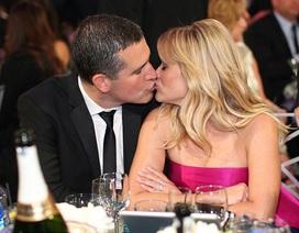 Minh tinh giành giải Oscar hạnh phúc hôn chồng trong bữa tiệc