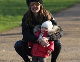 Con gái tỷ phú F1 đưa con đi chơi công viên