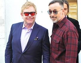 Elton John hạnh phúc đi mua sắm cùng chồng