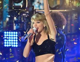 """Taylor Swift mặc """"mát mẻ"""" hát mừng năm mới"""