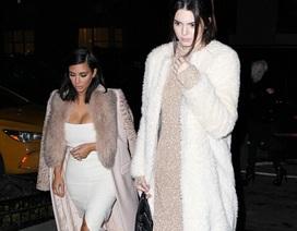 Kim Kardashian lộ dáng thấp bé bên em gái siêu mẫu