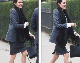 Angelina Jolie lộ chân khẳng khiu