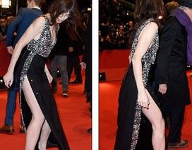 Diễn viên người Anh mặc váy xẻ bạo