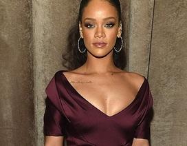 Rihanna bất ngờ mặc váy điệu đà, nữ tính