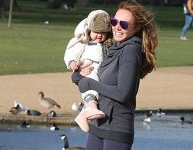 Con gái tỷ phú F1 đưa công chúa nhỏ đi công viên