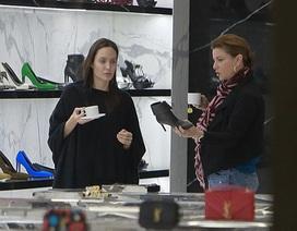 Angelina Jolie mặt mộc đi mua sắm