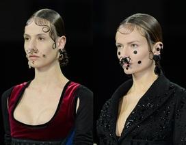 Givenchy cho người mẫu đeo khuyên kín mặt