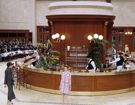 Chanel biến sàn catwalk thành quán ăn kiểu Pháp