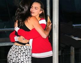 Hai siêu mẫu trẻ rạng ngời dự tiệc của Chanel