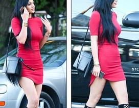 Em gái 17 tuổi của Kim Kardashian ăn vận gợi cảm ra phố
