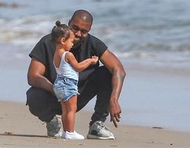 Kanye West đưa con gái ra biển chơi