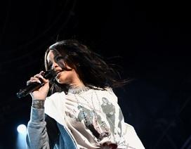 Rihanna biểu diễn sôi động