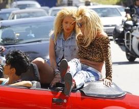 "Britney lộ vẻ ""xập xệ"" bên đàn em"