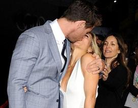 """""""Thần sấm"""" Thor hạnh phúc hôn vợ trong buổi công chiếu phim"""