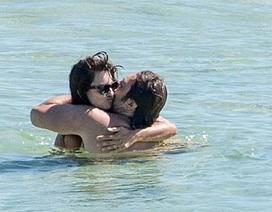 """""""Sao"""" phim """"Cướp biển vùng Caribe"""" tình tứ hôn chồng trên biển"""