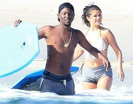Selena Gomez tung tăng trên biển cùng bạn bè