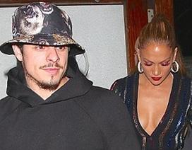 Jennifer Lopez cuốn hút khi đi ăn cùng bồ trẻ