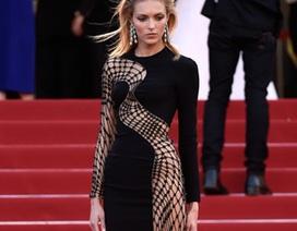 """""""Chân dài"""" Ba Lan gây sốc với váy mạng nhện tại Cannes"""