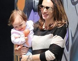 Con gái tỷ phú F1 rạng rỡ đưa công chúa nhỏ đi chơi phố