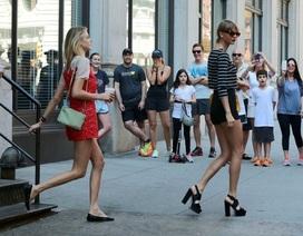 Fans đứng chờ ngắm Taylor Swift trước cửa nhà