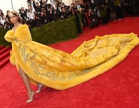 """Rihanna mặc váy """"siêu dài"""" dự sự kiện"""