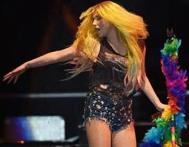 Diễn quá sung, Kesha lộ vòng ba trước mắt khán giả
