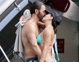 """""""Sao"""" Hollywood say đắm hôn bạn trai trên biển"""
