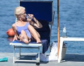 Ngôi sao 70 tuổi vẫn tự tin diện áo tắm ra biển