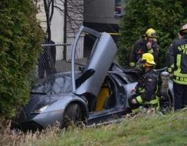 Lamborghini Murcielago lạng lách, mất lái, đâm hàng rào