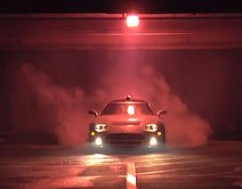 Xem Spyker C8 đốt lốp trong hầm để xe