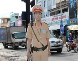 """CSGT mô hình đứng trên đường """"đe"""" người tham gia giao thông"""