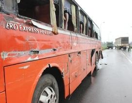 Xe chở công nhân gặp nạn, 16 người nhập viện