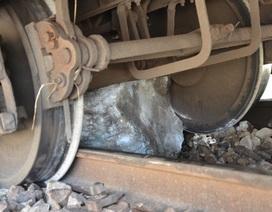 Tảng đá lớn nằm giữa đường ray, 3 toa tàu trật bánh