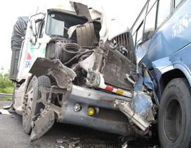 Xe đầu kéo tông xe khách, 35 người thoát nạn