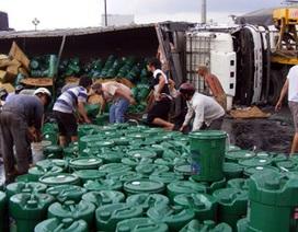 Xe chở dầu gặp nạn, người dân lao vào hôi của