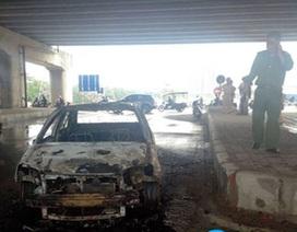 Xe Toyota bất ngờ bốc cháy trơ khung tại ngã ba Pháp Vân