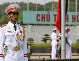 Treo cờ rủ tại Quảng trường Ba Đình