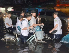 Nhiều tuyến đường TP HCM ngập trầm trọng sau trận mưa lớn