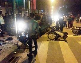 Hà Nội: Ôtô đâm thẳng vào dòng xe máy chờ đèn đỏ