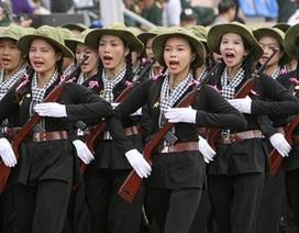 Những cô gái bồng súng diễu binh trên đường phố Điện Biên