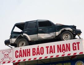 Dựng ô tô bẹp rúm giữa đường để cảnh báo tai nạn giao thông