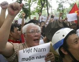 Hình ảnh người dân Hà Nội tuần hành phản đối Trung Quốc