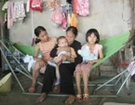 Mẹ già 80 tuổi cơ cực nuôi 3 cháu nhỏ mồ côi