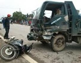 Taxi liên tiếp lao vào xe tải và xe máy, 2 người nguy kịch