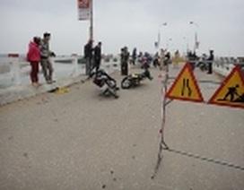 Xe máy đối đầu trên cây cầu đang sửa